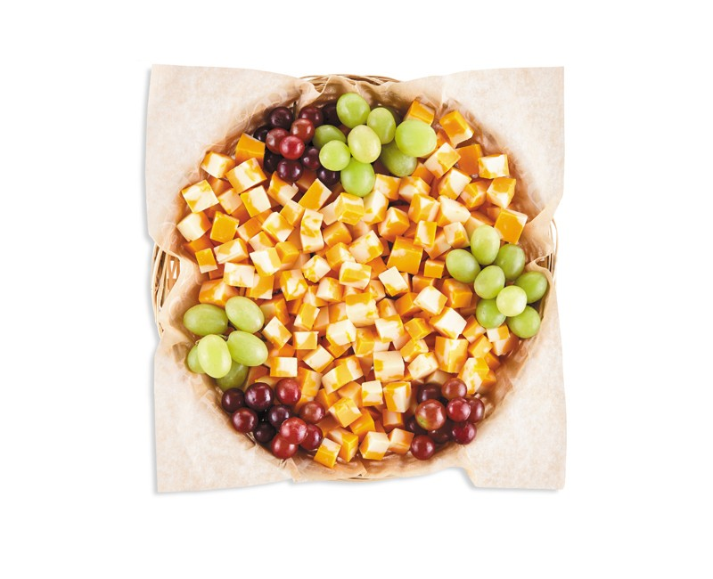 Panier de cubes de cheddar et de raisins